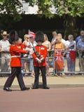 Bevaka kungliga personen, att gå i skaror av färgen, London Arkivbild