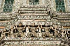 Bevaka statyer runt om grunden på Wat Arun eller templet av gryning Tha Fotografering för Bildbyråer