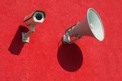 Bevakningkamera och megafon Arkivbild