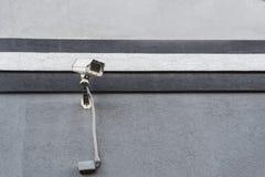 Bevakningkamera på den svartvita väggen i gata Arkivfoton