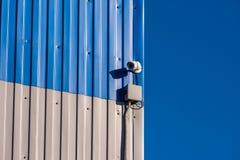 Bevakningkamera p? v?ggen royaltyfri bild
