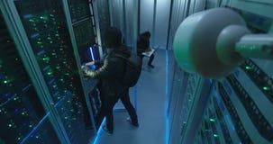 Bevakningkamera som fångar en hacker i serverrum arkivfilmer