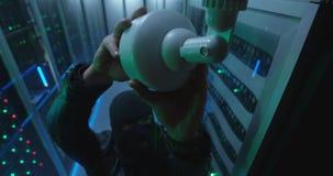 Bevakningkamera som fångar en hacker i serverrum fotografering för bildbyråer