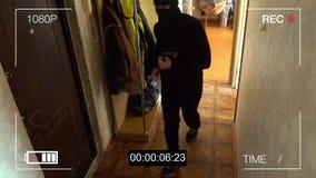 Bevakningkameran fångade rånaren i en maskering med en kofot stock video