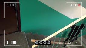 Bevakningkameran fångade rånaren i en maskering som kör av arkivfilmer