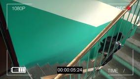 Bevakningkameran fångade rånaren i en maskering som kör av med en påse av bytet lager videofilmer