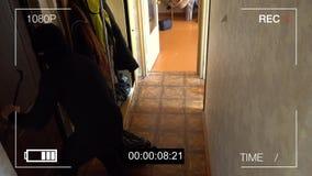 Bevakningkameran fångade rånaren i en maskering som kör av med en påse av bytet stock video