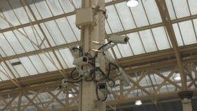 Bevakningkameror i ett offentligt ställe arkivfilmer