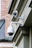 Bevakningkameror med pinnar som driver tillbaka fåglar Royaltyfri Bild