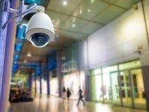 Bevakningsäkerhetskamera eller CCTV i shoppinggalleria Arkivbilder