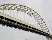 Bevallig gedeelte van het verkeersbrug van de staaloverwelfde galerij Stock Fotografie