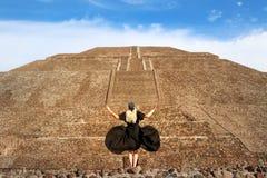 Bevallig meisje in een zwarte kleding en bandana met schedels op de achtergrondpiramide van de Zon in Teotihuacan stock afbeeldingen