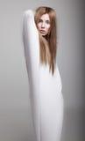 Bevallig vrouwelijk silhouet in witte kleren stock foto's
