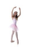 Bevallig weinig balletdanser die op wit wordt geïsoleerd stock foto's