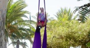 Bevallige atletische jonge acrobatische danser stock videobeelden