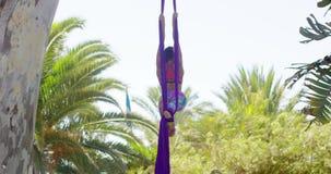 Bevallige atletische jonge acrobatische danser stock video
