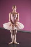 Bevallige ballerina die zich in eerste positie bevinden Royalty-vrije Stock Foto's