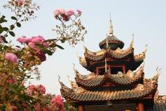 Bevallige Chinese tempel en bloemen stock foto