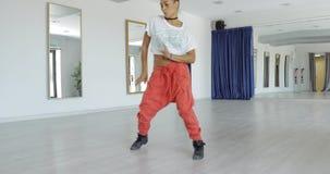 Bevallige danser in studio stock video