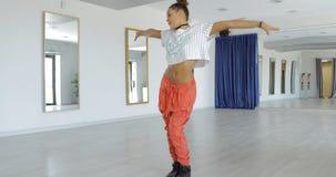 Bevallige danser in studio stock fotografie