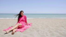 Bevallige jonge vrouw die op het strand zonnebaden stock video