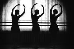 Bevallige silhouetten van ballerina's op een vensterachtergrond royalty-vrije stock fotografie