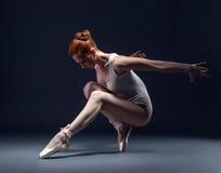 Bevallige slanke ballerina die in studio dansen Stock Foto