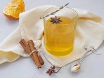 Bevanda accogliente con le arance, il ramoscello del timo e la stella dell'anice Tè di riscaldamento fotografia stock