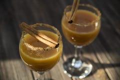 Bevanda alcolica con succo d'arancia e cannella Fotografia Stock