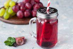 Bevanda antiossidante della disintossicazione del sidro di mela e dell'uva fotografie stock