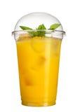 Bevanda asportabile Bevanda di rinfresco in una tazza di plastica Succo di ananas con i cubetti di ghiaccio e la menta Immagine Stock