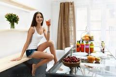 Bevanda bevente del frullato della disintossicazione della donna in buona salute all'interno nutrizione Fotografia Stock Libera da Diritti