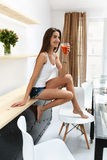 Bevanda bevente del frullato della disintossicazione della donna in buona salute all'interno nutrizione Fotografie Stock