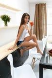 Bevanda bevente del frullato della disintossicazione della donna in buona salute all'interno nutrizione Immagini Stock