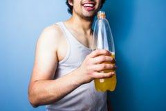 Bevanda bevente di energia del giovane dopo un allenamento sudato Fotografia Stock