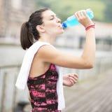 Bevanda bevente di energia della donna dopo lo sport. Immagine Stock Libera da Diritti