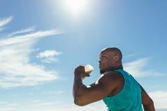 Bevanda bevente di salute dell'atleta durante l'allenamento all'aperto Immagini Stock