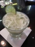 Bevanda bianca del cocktail con ghiaccio e calce Immagine Stock Libera da Diritti