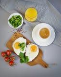 Bevanda bianca Juice Sandwich arancio della tazza del caffè di mattina con Fried Egg saporito Fotografia Stock Libera da Diritti