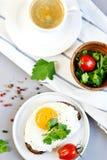 Bevanda bianca Juice Sandwich arancio della tazza del caffè di mattina con Fried Egg saporito Fotografie Stock