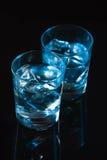 Bevanda blu del coctail con i cuccioli del ghiaccio Immagine Stock
