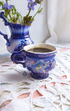 Bevanda blu della cicoria del tè della tazza di caffè con il fiore della cicoria, bevanda calda sul fondo del tessuto ricamato Fotografia Stock