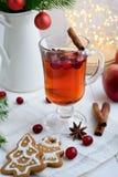 Bevanda calda con i mirtilli rossi ed i biscotti di natale immagine stock libera da diritti