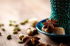 Bevanda calda con le spezie in tazza autentica Fotografia Stock Libera da Diritti