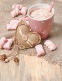 Bevanda calda del cacao con le caramelle gommosa e molle Fotografie Stock