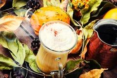 Bevanda calda di autunno del Latte fotografia stock