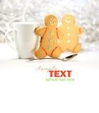Bevanda calda di festa con i biscotti del pan di zenzero Fotografie Stock Libere da Diritti