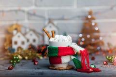 Bevanda calda di inverno in una tazza con la sciarpa calda Immagine Stock Libera da Diritti