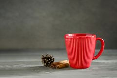 Bevanda calda di vacanze invernali del nuovo anno o di Natale in una tazza rossa fotografia stock