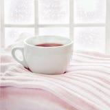Bevanda calda sul maglione tricottato Fotografie Stock